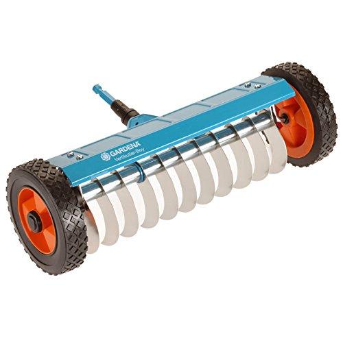 GARDENA combisystem-Vertikutier-Boy: Hand-Vertikutierer zur Beseitigung von Moos, Unkraut und Rasenfilz, 32 cm Arbeitsbreite, mit robusten Rädern und Hubachse zum leichteren Arbeiten (3395-20)