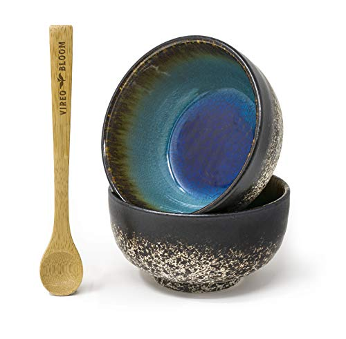 Grüner Tee Matcha Pulver Set - 50g Vireo Bloom Zeremoniellen Kit mit Bambus Anwendungsbereich, Löffel, Schneebesen mit Halter, Matcha Servierschüssel Chawan ('Erdbeergeschmack' Set 2 Schüssel)