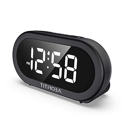 TITIROBA LED Digitaler Wecker mit 5 Optionaler Töne, USB-Anschluss, Große Ziffern Display, Full Range Helligkeit Dimmer und Lautstärke Regelbar, Snooze 12/24HR Tischuhr Schlafzimmer-Uhr für die Ältere...