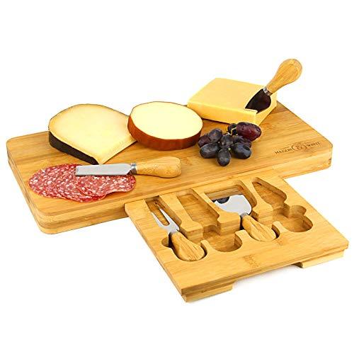 Maison & White Bambus Käsebrett | Servierplatte aus Holz | Integriertes 4-teiliges Käsemesser-Set | Perfektes Geschenk