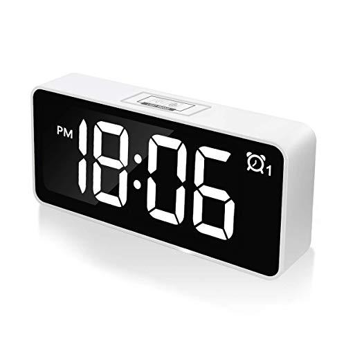 CHEREEKI Digitaler Wecker, 4,6' LED-Display-Uhren mit Sprachsteuerung Funktion, USB-Ladeanschluss, 12/24 Stunden, Snooze Funktion, 25 Weckerlieder, für Schlafzimmer, Büro & Reise