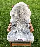 Premium-Schaffell, platin - grau von LANABEST. Spitzenqualität! Echtes Naturfell mit besonders zarter, warmer und kuscheliger Wolle. Geruchsarm! Ein wohnlicher Blickfang auf jedem dunklen Sofa oder als Teppich. Eine Wohltat beim Sitzen. Geschenk- Qualität. Im Sofortversand. Moderne Farbe: platin-grau