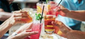 Mehrers Gläser werden werden durch unterschiedliche zusammengestoßen. Sie haben alle unterschiedliche alkoholische Getränke.