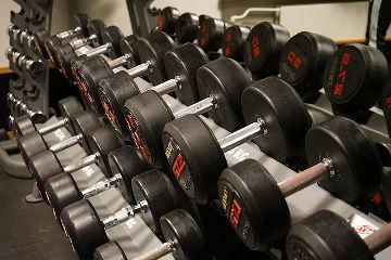 Gewichte in einer Reihe aufgestellt.