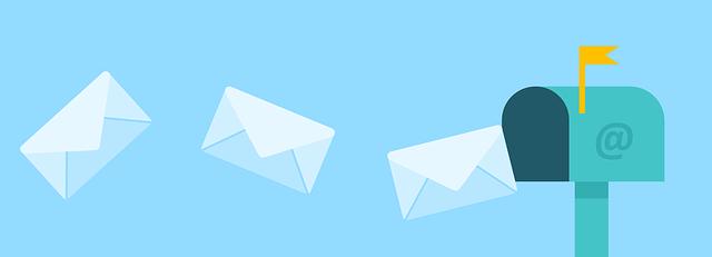 Ein hellblauer Hintergrund und drei Briefe, die im gleichen Abstand in einen Briefkasten fliegen. Auf dem Briefkasten ist ein @ Zeichen zu sehen.