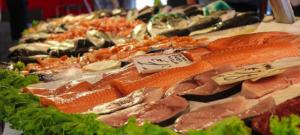 Verschiedene Fischsorten liegen auf einer Platte. Dieses Foto wurde in einem Markt aufgenommen.