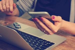 Mit Laptop und Handy immer auf den neusten Stand wenn es um Affiliate Marketing geht.