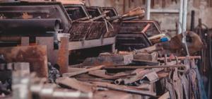 Ein unordentliche Werkstatt mit alten Werkzeugen.