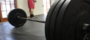 Eine Stange mit Gewichten auf beiden Seiten.