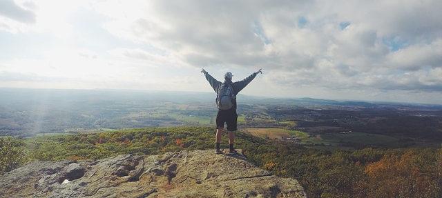Ganz oben auf einem Berg angekommen. Das einzigartige Gefühl spüren und den Moment genießen. Das ist eine super Motivation um Sport zu treiben.
