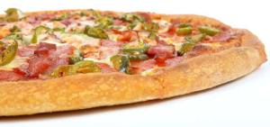 Eine schön knusprige Pizza mit Salami,, Käse, grünen Peparoni.