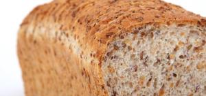 Ein selbstgemachtes Brot mit verschiedenen Körnern.