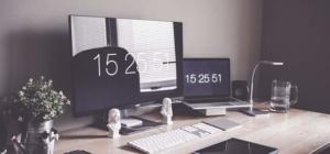Ein sehr ordentlicher Schreibtisch mit einer Tagselichtlampe an der Seite.